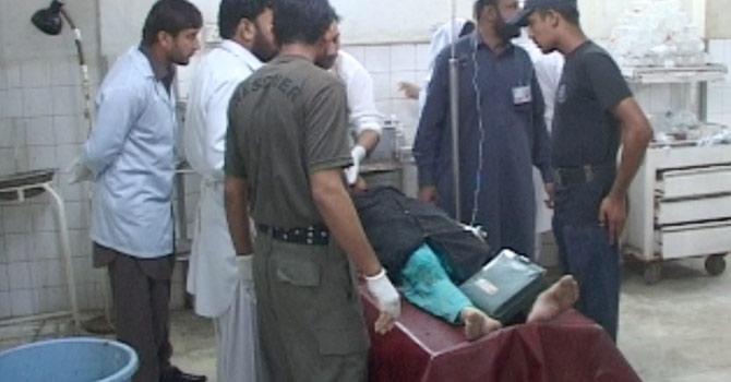 حملے میں زخمی ہونے والی پولیو ہیلتھ ورکر کو طبی امداد فراہم کی جارہی ہے۔، تصویر ظاہر شاہ