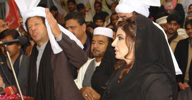 فروری میں ایک انتخابی مہم میں عائلہ ملک عمران خان کے ساتھ ایک جلسے میں موجود ہیں۔ فائل تصویر