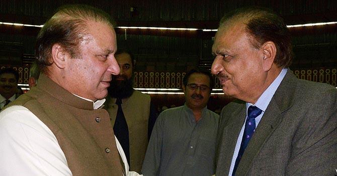 وزیر اعظم نواز شریف نو منتخب صدر ممنون حسین کو مبارک باد دے رہے ہیں– اے ایف پی فوٹو۔