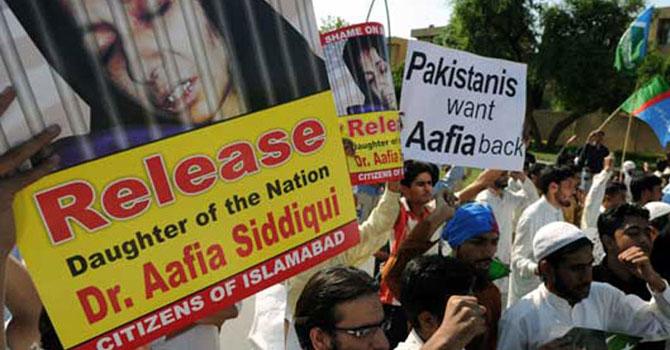 پاکستان میں ڈاکٹر عافیہ صدیقی کی رہائی کیلئے احتجاجی ریلی نکالی جارہی ہے۔ فائل تصویر اے ایف پی