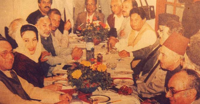 ایم آ رڈی کے ایک اجلاس کا منظر: تصویر میں بینظیر بھٹو، معراج محمد خان، نوابزادہ نصراللہ خان، فتحیاب علی خان، بی ایم کٹی اور دیگر رہنما نظر آرہے ہیں—فوٹو: سہیل سانگی