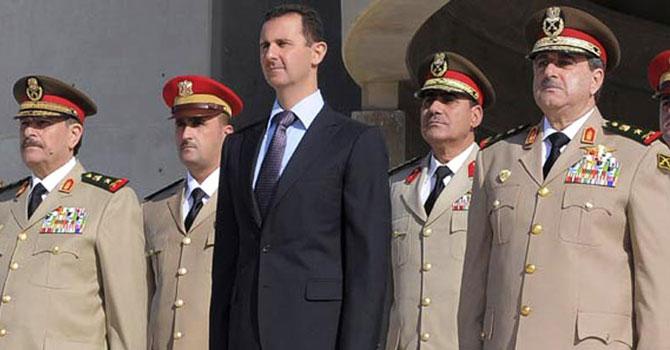 جمعرات 26 اکتوبر 2011 کی اس تصویر میں درمیان میں شامی صدر بشارالاسد کھڑے ہیں، ان کے برابر میں سیدھے ہاتھ پر شامی وزیرِ دفاع داؤد رجہا ہیں۔ جبکہ چیف آف سٹاف فہد الجسیم الفریج بائیں جانب ہیں۔ یہ عرب اسرائیل جنگ کی اڑتیسویں سالگرہ کے موقع پر دمشق میں ایک تقریب میں جمع  موجود ہیں۔ یہ جنگ اکتوبر 1973 میں لڑی گئی تھی۔ فائل تصویر اے پی ۔