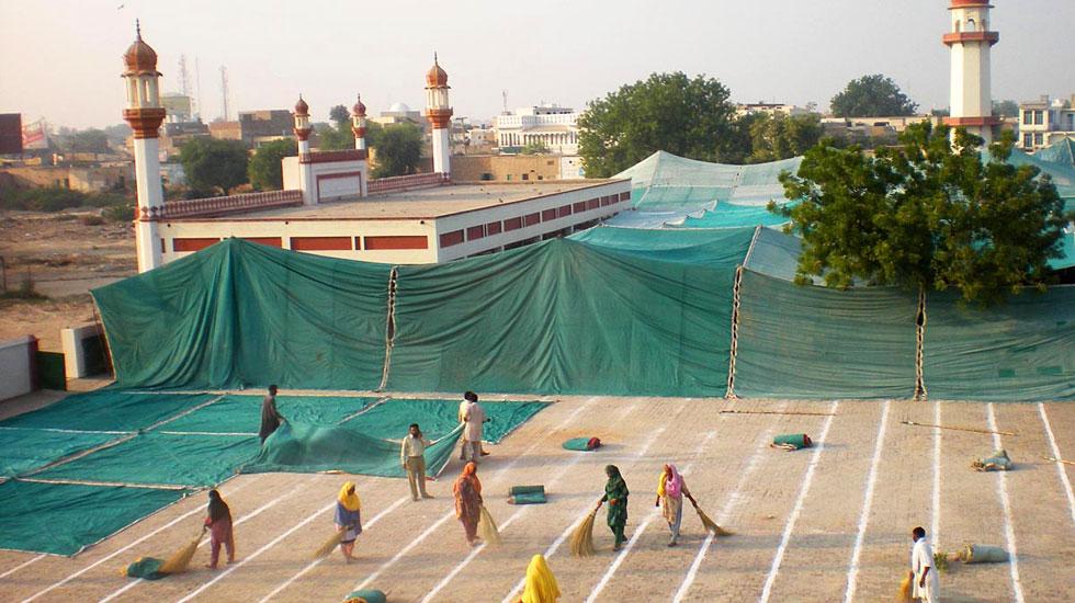 بہاولپور کی مرکزی عیدگاہ میں نماز عید کے لیے تیاریاں کی جارہی ہیں۔ فوٹو آن لائن