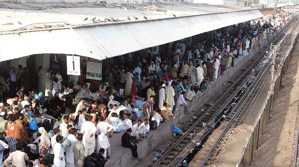 کراچی کینٹ اسٹیشن پر عید سے قبل اپنے علاقوں میں جانے والے افراد کا جمع غفیر ترین کے انتظار کر رہا ہے، عید کے موقع پر لوگوں کی بڑی تعداد بڑے شہروں سے عید منانے کے لیے اپنے آبائی علاقوں کو جاتی ہے جس کے باعث ٹرینوں اور بشوں میں شدید رش دیکھنے کو ملتا ہے۔ فو