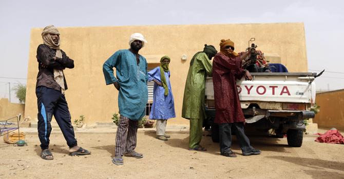 اس سال جولائی میں لی جانے والی اس تصویر میں نیشنل موومنٹ فار دی لبریشن آف ازاود ( ایم این ایل اے) کے جنگجو ایک مشین گن کے پاس کھڑے ہیں۔ فرانس کے دو صحافی اس تنظیم کے ترجمان عنبیری رہیسا کا انٹرویو لینے کیلئے ان کے علاقے کیڈال گئے تھے جہاں سے انہیں اغوا کرکے قتل کی گیا ہے۔ تصویر اے ایف پی